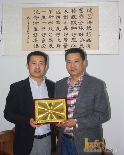 中国即热网张总(左)和德恩特冯总(右)授牌合影