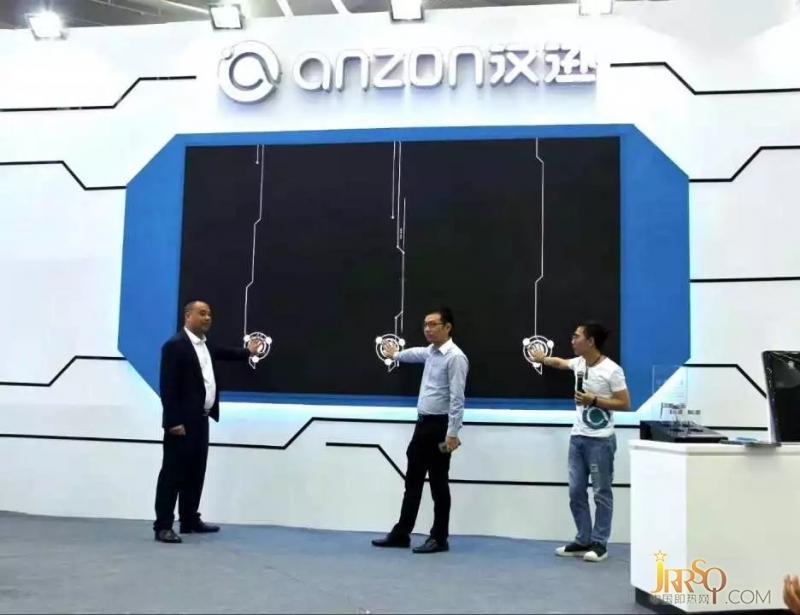 魏丽军(左一)、 陈武盛 (左二)、郑叔鑫(左三)共同开启发布会启动仪式
